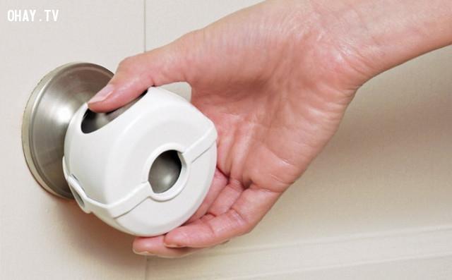 1. Dùng giấy vệ sinh khi vặn tay cầm hay khi chạm vào các vật dụng khác trong nhà vệ sinh công cộng,bệnh truyền nghiễm,nhà vệ sinh công cộng,sống khỏe
