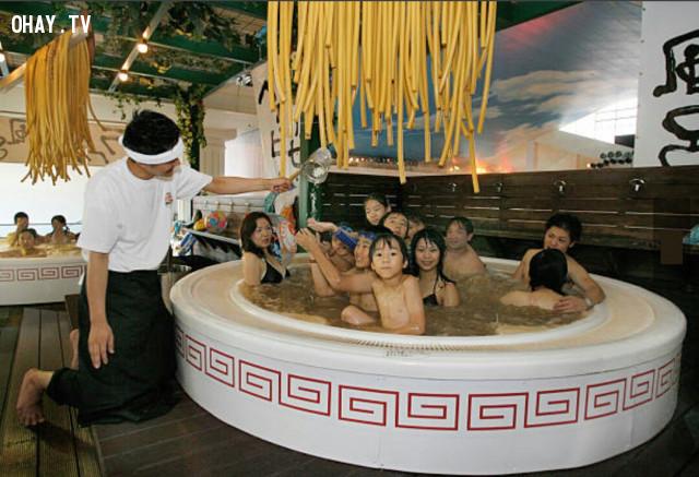 Tắm mì Ramen,phương pháp làm đẹp,những điều thú vị trong cuộc sống,massage bằng lửa,massage bằng rắn