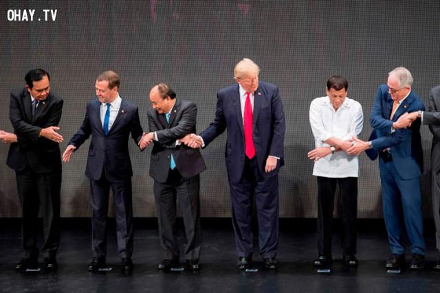 Khoan đã, mấy ông làm cái gì vậy?,tổng thống mỹ,donald trump,bắt tay kiểu asian
