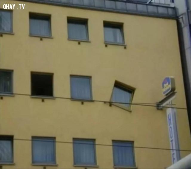 Ô cửa sổ bị đá!,thiết kế lỗi,thiết kế ngớ ngẩn