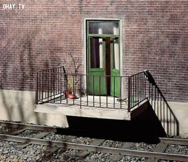 """Cách tốt nhất để không bị lỡ tàu: """"Đó là xây nhà trên đường ray"""".,thiết kế lỗi,thiết kế ngớ ngẩn"""