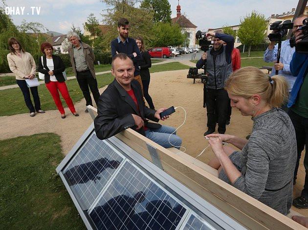 Ghế được trang bị pin năng lượng mặt trời giúp mọi người có thể sạc điện thoại miễn phí,phát minh,sáng tạo