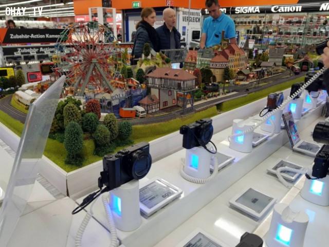 Cửa hàng điện tử này có một thế giới thu nhỏ để khách hàng thử nghiệm máy ảnh,phát minh,sáng tạo