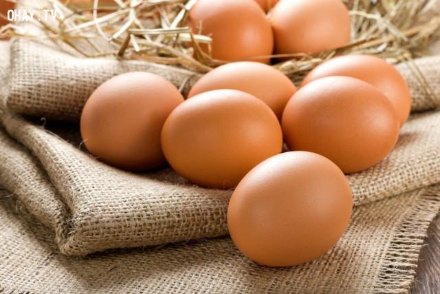 5. Trị quầng thâm mắt bằng cách massage với trứng gà nóng,loại bỏ quầng thâm mắt
