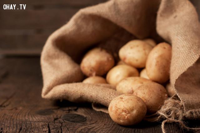 3. Trị quầng thâm mắt bằng khoai tây,loại bỏ quầng thâm mắt