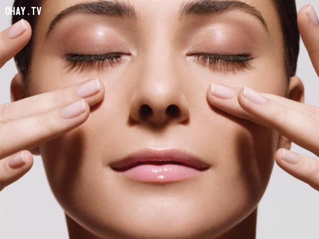 6. Massage da vùng mắt,loại bỏ quầng thâm mắt