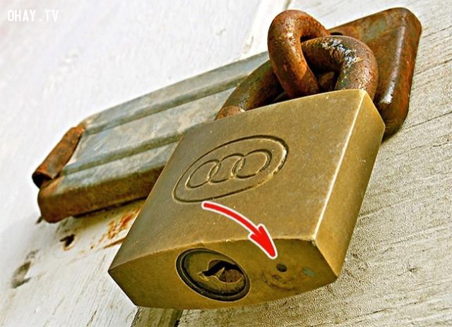3. Phần lỗ nhỏ trên ổ khóa,những điều thú vị trong cuộc sống,vật dụng quen thuộc