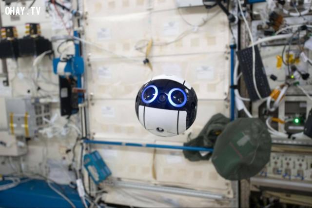 6. Đây là con robot của Nhật Bản, đó là thứ đáng yêu nhất được gửi vào không gian. Nó bay xung quanh Trạm Không gian Quốc tế, chụp ảnh các phi hành gia và môi trường xung quanh.,phát minh hữu ích,người nhật bản