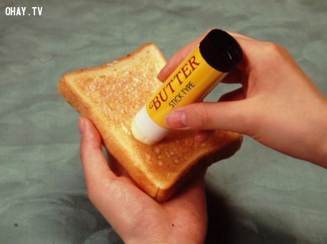 25. Làm bánh mì nướng bơ dễ dàng hơn nhờ thanh bơ được thiết kế dưới dạng thỏi son. ,phát minh hữu ích,người nhật bản