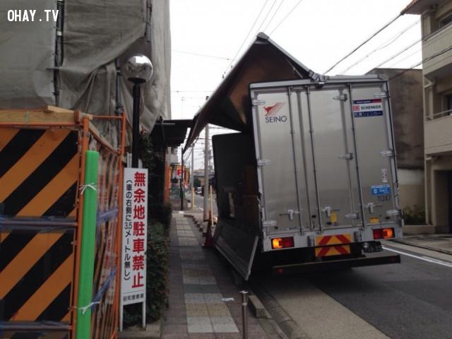 """8. Đây là những chiếc xe tải """"chuyển nhà"""". Phần thùng phía sau có thể mở ở cạnh bên để chuyển những đồ nội thất cồng kềnh.,phát minh hữu ích,người nhật bản"""