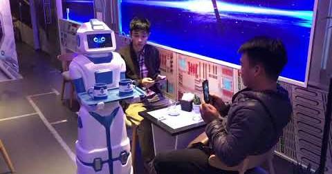Giáng sinh này nếu chưa biết đi đâu hãy ghé quán cafe đầu tiên ở Hà Nội có Robot phục vụ