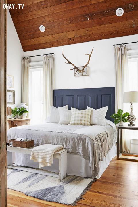3. Tấm ván đậm màu đặt đầu giường, màu sơn tường và các chi tiết còn lại đều là màu sáng,trang trí nhà cửa