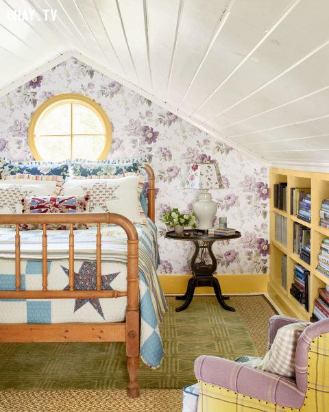 4. Giấy gián tường hình hoa lá, cây cỏ; giường làm bằng gỗ sồi. Đây là một lựa chọn hoàn hảo cho những ai yêu thích thiên nhiên và sự yên bình.,trang trí nhà cửa