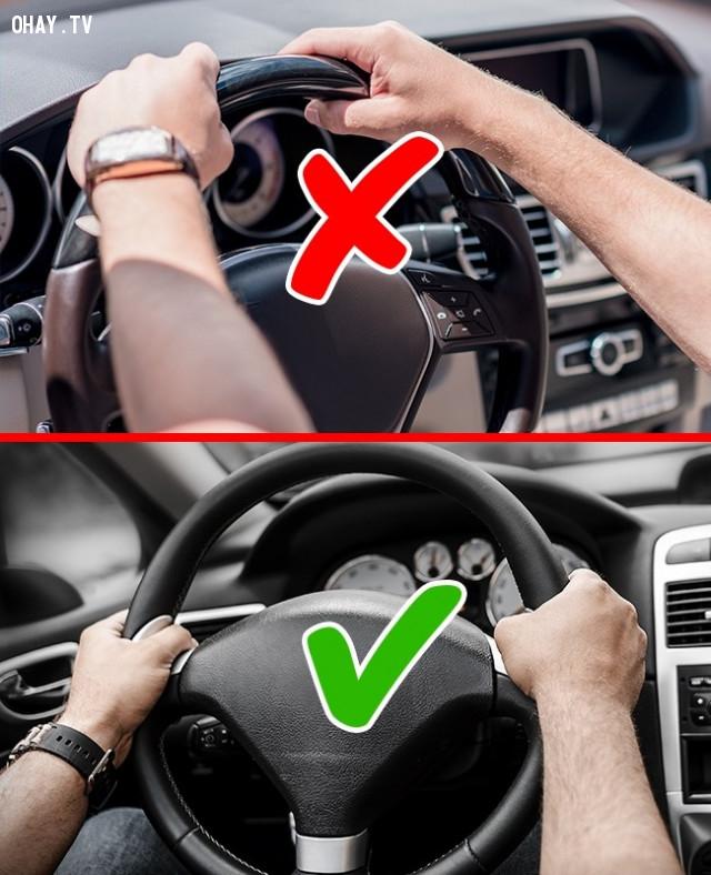 Cách giữ vô lăng xe hơi.,sai lầm thường gặp