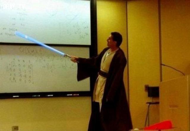 """Thầy giáo mặc trang phục của samurai, cầm """"gươm ánh sáng"""" để giảng bài.,giáo viên hài hước,giáo viên tâm lý"""