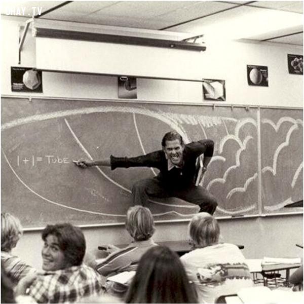 Năm 1970, một giáo viên không ngại lướt sóng ảo trên lớp chỉ để giải thích cho học sinh hiểu rõ một định nghĩa trong vật lí học.,giáo viên hài hước,giáo viên tâm lý