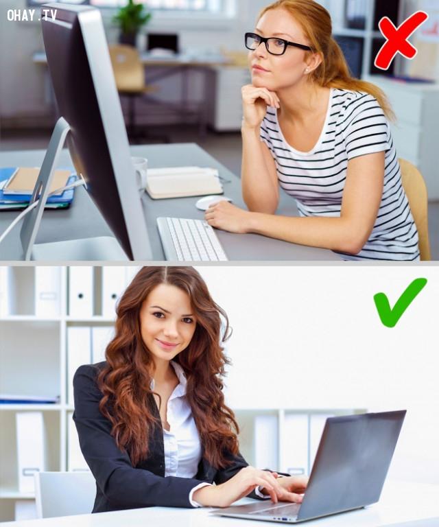 1. Chạm tay vào mặt hoặc cằm khi ngồi trước máy tính,thói quen xấu,sống khỏe