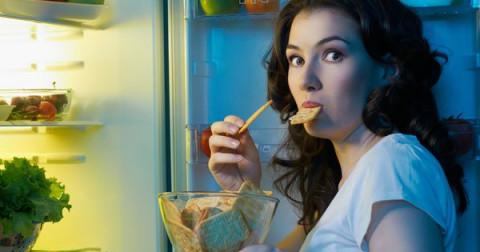 Tại sao chúng ta thường cảm thấy đói và ăn quá nhiều vào buổi tối?