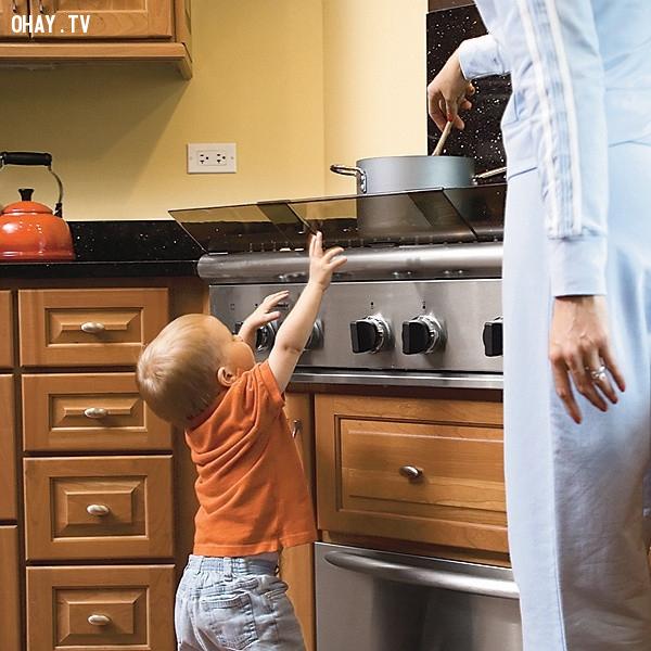 Để xa mọi vật với tầm tay của bé,cách nuôi con