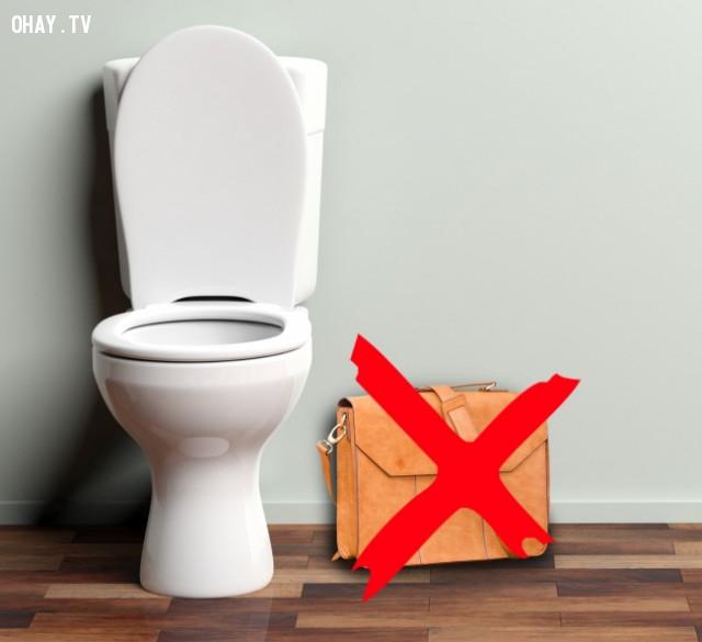 Không đặt đồ đạc của bạn lên sàn nhà vệ sinh.,nhà vệ sinh công cộng,sống khỏe
