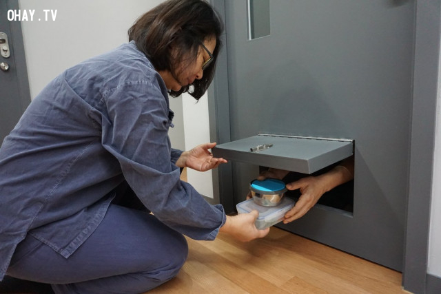 Khách viếng thăm sẽ được mặc bộ đồ màu xanh, ngủ trên sàn nhà của một phòng giam nhỏ, và thức ăn sẽ được đưa qua một khe cắm ở cửa.,áp lực cuộc sống,Hàn Quốc,sống trong tù