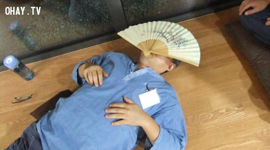 """Năm 2017, Tổng thống Moon Jaein đã ra chiến dịch """"quyền nghỉ ngơi"""", cắt giảm tuần làm việc từ tối đa là 68 giờ đến 52 giờ.,áp lực cuộc sống,Hàn Quốc,sống trong tù"""