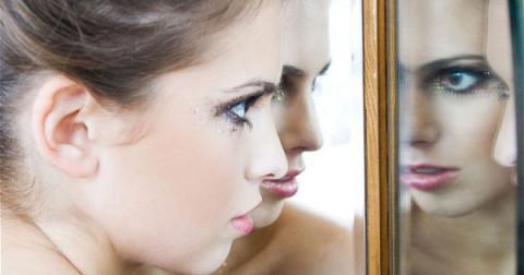 Sự thật về tấm gương hai chiều có khả năng 'theo dõi' như trong phim