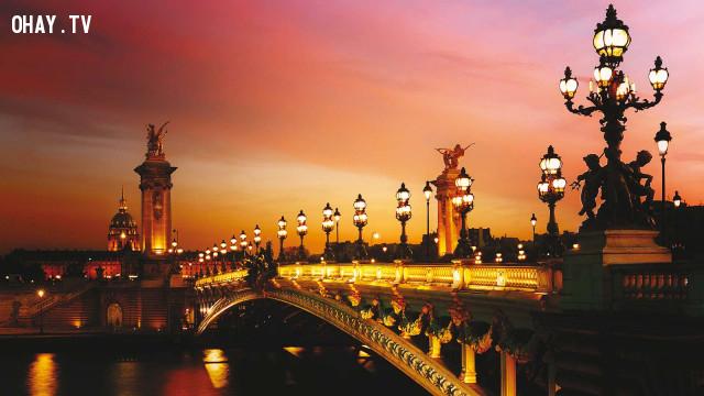 Cây cầu nối đôi bờ sông Seine thơ mộng,Paris,nước Pháp