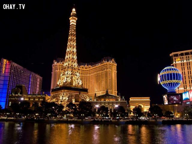 Khung cảnh bên bờ sông Seine tạo nên một kiệt tác nghệ thuật với sự kết hợp hoàn hảo của Eiffel lừng lững, mùi cafe thơm lừng cùng những giai điệu lãng mạn bay bổng hòa quyện với nhau... ,Paris,nước Pháp