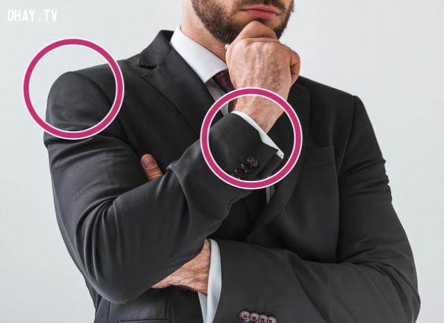 4. Chú ý đường viền ở vai và tay áo,mẹo thời trang