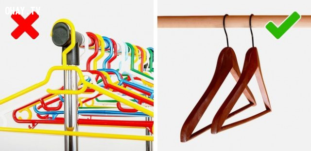 9. Dùng móc treo bằng gỗ thay vì bằng nhựa,mẹo thời trang