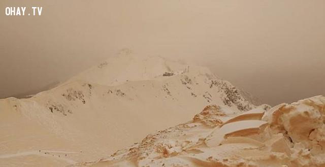 Một số hình ảnh về tuyết màu da cam ở châu Âu:,