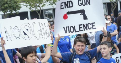 Hàng trăm người tuần hành tại Hồng Kông nhằm phản đối luật sở hữu súng tại Mỹ