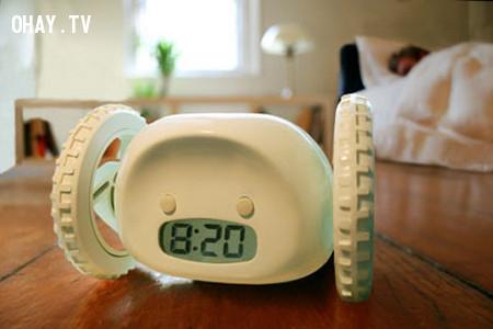 Đặt đồng hồ báo thức ở xa giường ngủ.,