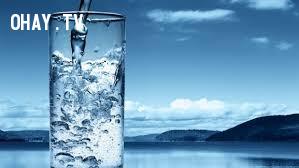 Uống một cốc nước lạnh.,