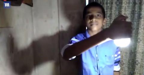 Chuyện lạ về cậu bé Ấn Độ dùng da trần phát điện làm sáng bóng đèn
