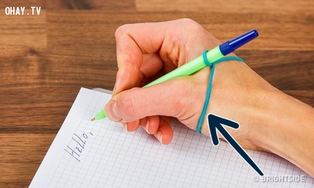 2. Để dạy trẻ cầm bút đúng tư thế, bạn có thể dùng một dây chun buộc vào tay,mẹo vặt,mẹo của người xưa