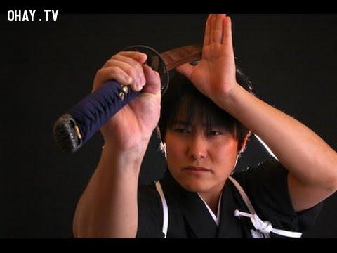 1. Con người có thể làm chệch hướng đi của viên đạn bằng thanh kiếm ,chuyện lạ,phim hành động