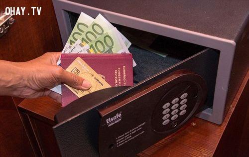 4. Cất tài sản có giá trị vào két an toàn,mẹo du lịch,du lịch nước ngoài,du lịch dài ngày