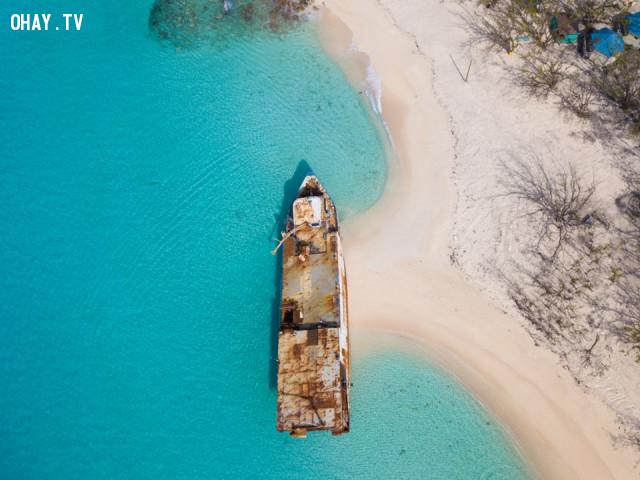 Mega One Triton, một giàn khoan dầu cũ đã bị cuốn vào bờ biển ,
