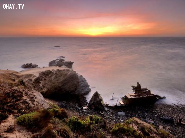Một chiếc tàu kéo không tên bị đắm trên bãi biển ở Vila Nova de Milfontes, Bồ Đào Nha.,