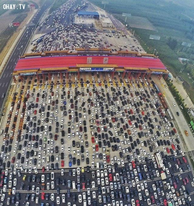 Xe trên cao tốc 50 làn dồn vào cổ chai 4 làn tại Trung Quốc