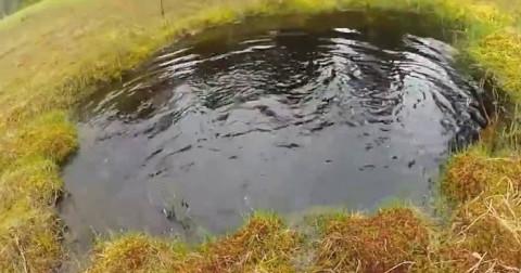 Cách xác định phương hướng chỉ qua một vũng nước - Kỹ năng sinh tồn mà bạn phải biết