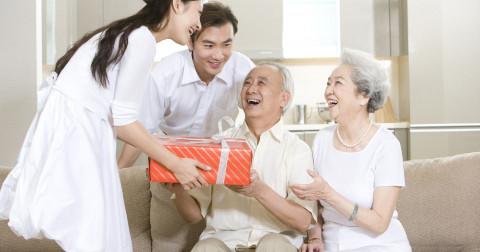 Những điều bạn cần làm để trả ơn cho ba mẹ theo từng mốc thời gian.