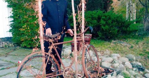 40 năm trước người đàn ông này đã bán mọi thứ để mua một chiếc xe đạp và vượt qua 6000 dặm từ Ấn Độ đến Thụy Điển để gặp tình yêu của ông ấy