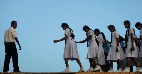 21 bức ảnh tiết lộ những cách trẻ em đến trường đầy nguy hiểm trên toàn thế giới