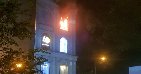 Cháy tại Diamond Plaza trong đêm, hàng trăm người bỏ chạy tán loạn
