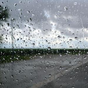 Quần áo phơi ngoài sân và trời bắt đầu đổ mưa