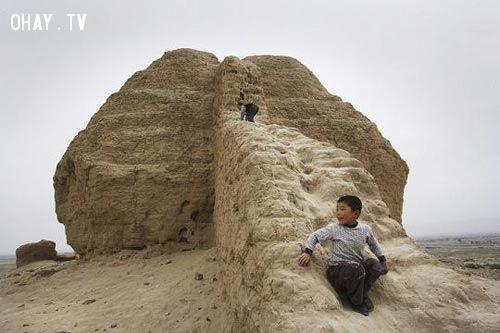 Các đoạn tường đầu tiên chủ yếu được làm từ đất và đá. Từ thời nhà Minh tường mới được xây phần lớn bằng gạch.,vạn lý trường thành,sự thật thú vị,có thể bạn chưa biết,trung quốc