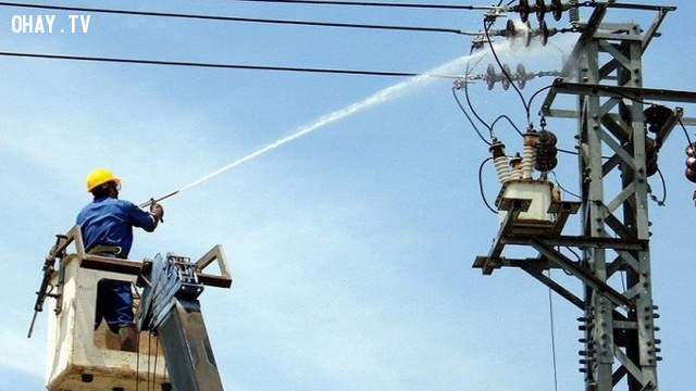 Thợ điện EVN phun nước rửa cột điện